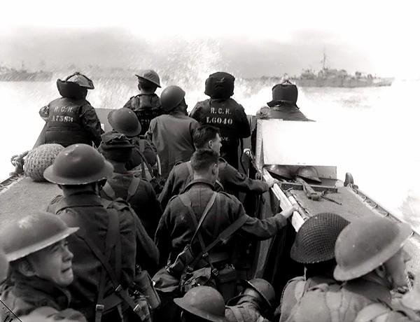 Żołnierze kanadyjskiej 3 Dywizji Piechoty w drodze na plażę Juno