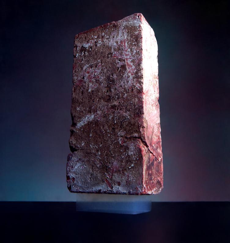Standardowa dwuipółkilogramowa cegła na dwugramowym bloczku krzemionkowego aerożelu (źródło: NASA/JPL-Caltech via Wikipedia)