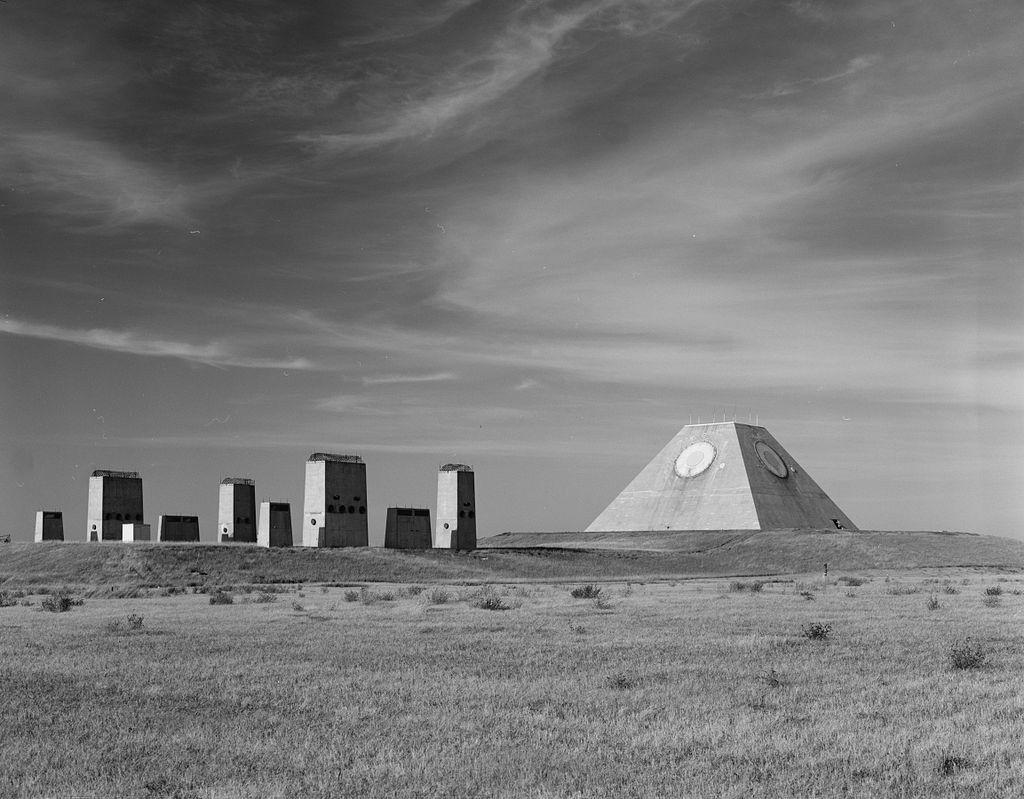 Radar naprowadzania i kominy podziemnej siłowni (zdjęcie (c) prawdopodobnie Benjamin Halpern, biblioteka Kongresu USA, via Wikipedia)