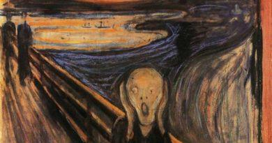 Postać ludzka stojąca na moście ma twarz w dłoniach i usta otwarte do krzyku.