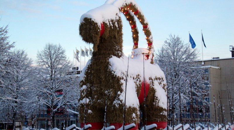 Wielka słomiana rzeźba kozy.